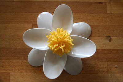 bloemen van plastieken lepels en een pompom: versiering in de klas?
