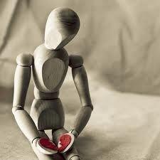 L'insensibilità é una condizione dell'essere che si forma durante l'arco della vita dell'individuo. mi viene in mente il callo che rende insensibile la carne delicata...si come il callo che si forma mediante l'uso di qualcosa cosi l'insensibile...