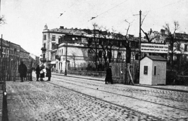 entrance at Nalewki street to the ghetto with the guardpost Battle for the Warsaw Ghetto  ! Revolt & Resistance www.HolocaustResearchProject.org