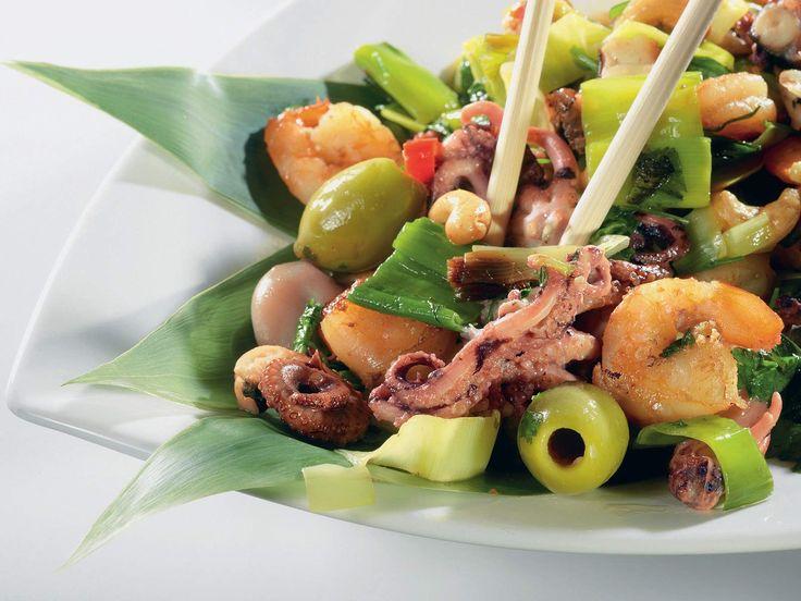 Теплый салат с пореем и морепродуктами рецепт – тайская кухня: салаты. «Афиша-Еда»