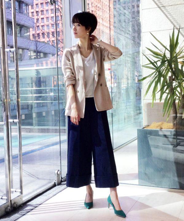 LARDINIのニットジャケットが今年も入荷しております! 腰までしっかりかくれる長さと、カーディガンのような柔らかい着心地が女性らしいジャケットスタイルを魅せてくれます。インナーにはEFFE BEAMSオリジナルのコットンシルクのトップスを合わせました。前後逆で表情を変えて着ることのできる優れもの。 白、ベージュ、ネイビーのベーシックカラーにまとめたコーディネートには鮮やかな色のパンプスを。