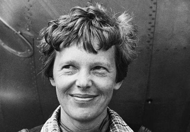 Mais do que uma das pioneiras da aviação mundial e uma das mulheres mais famosas da história, a americana Amelia Earhart ainda é hoje uma referência e inspiração não só como aviadora, mas como mulher – como pessoa. O fascínio ao redor de sua vida se dá por seus inúmeros recordes e façanhas como pilota de avião – ela foi a primeira mulher a cruzar o oceano atlântico, em 1932, entre muitos outros feitos – sua independência e autonomia, mas também pelas circunstâncias misteriosas de sua morte…