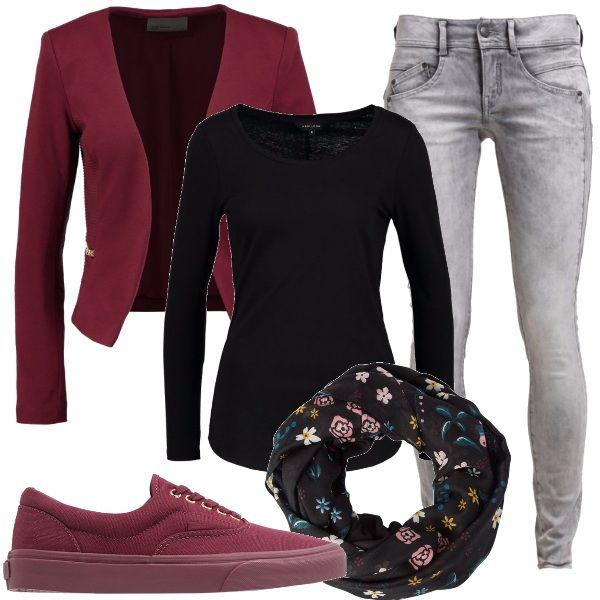Jeans+skinny+abbinati+ad+una+t-shirt+basic,+blazer+composto+in+materiale+sportivo,+sneakers+basse+e+per+concludere+un+scaldacollo+in+fantasia+floreale,+ecco+pronto+un+outfit+ideato+per+il+tempo+libero+adatto+anche+per+la+scuola+e+serate+casual+sui+toni+del+bordeaux,+del+nero+e+del+grigio.