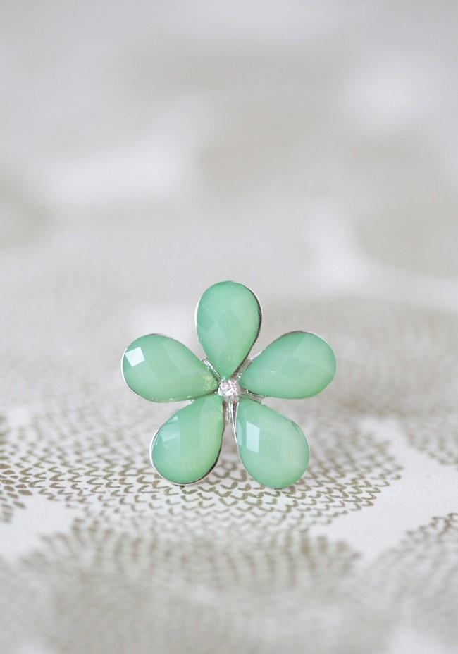 Green flower ring: Flower Rings, Diamond Wedding Rings, A Flower, Vintage Rings, Modern Vintage, Accessories, Green Flowers