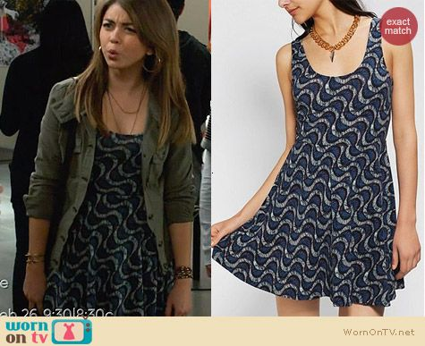 Haley's blue wave print dress on Modern Family. Outfit Details: http://wornontv.net/27114 #ModernFamily #fashion