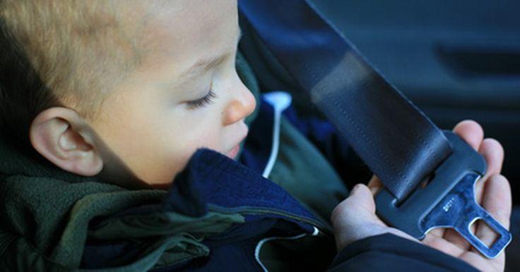 Cómo cambiar un cinturón de seguridad. Los cinturones de seguridad desgastados o rotos pueden ser peligrosos en un automóvil. Como cualquier otra parte del automóvil, los cinturones de seguridad pueden volverse viejos, rotos o podrían no funcionar bien. Existen dos opciones comunes cuando reemplaces un cinturón de seguridad: adquirir un repuesto del fabricante o adquirir un repuesto ...