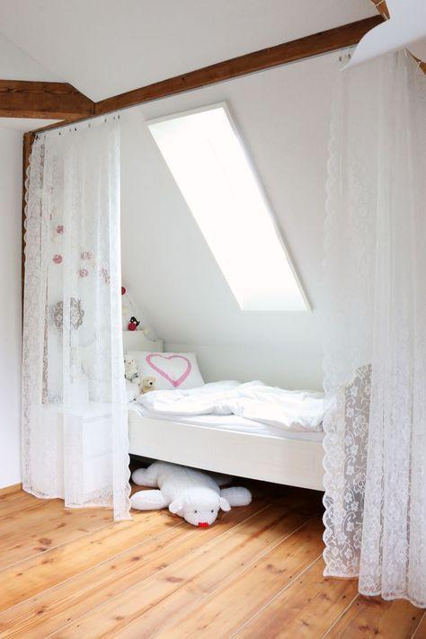 Bett unter der Dachschrge Mit Vorhang leicht abzutrennen  Wohnideen  Kinderzimmer Zimmer