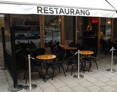 Paris stol från Exxent helt i svart färg med flätad sits och rygg. Stolar som levererats till Restaurang Museet i Stockholm. #parisstolar #exxent #utestolar #utemöbler #restaurangstolar #restaurangmöbler #dialoginterior