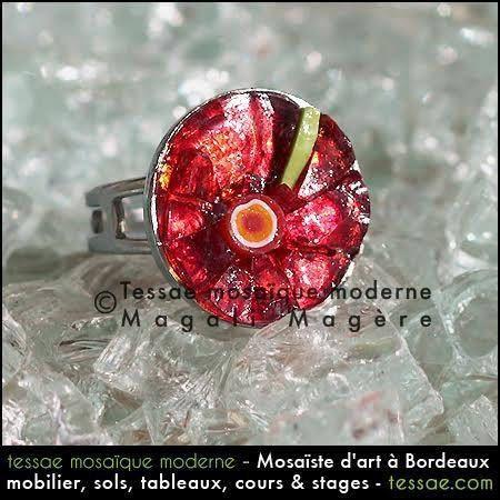 Jolie bague ronde en mosaïque d'éclats de verre rouge