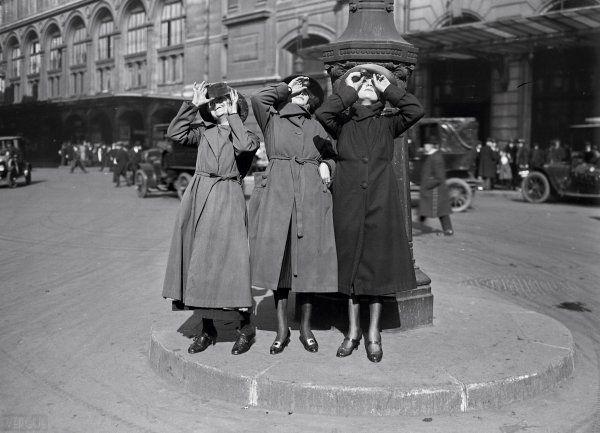 Éclipse de soleil, gare Saint-Lazare. Paris VIIIe. Vendredi 8 avril 1921.  Date : 1921 Auteur : Agence photographique Rol, Paris Support : négatif sur verre, 5 x 7 po (13 x 18 cm) Collection : BNF, Paris