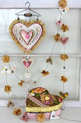 Sweet piece, this pin takes you directly to tutorial.: Valentines Boxes, Paper Garlands, Heart Garlands, Paper Heart, Vintage Patterns, Valentines Day, Scrapbook Paper, Valentines Decor, Sewing Patterns