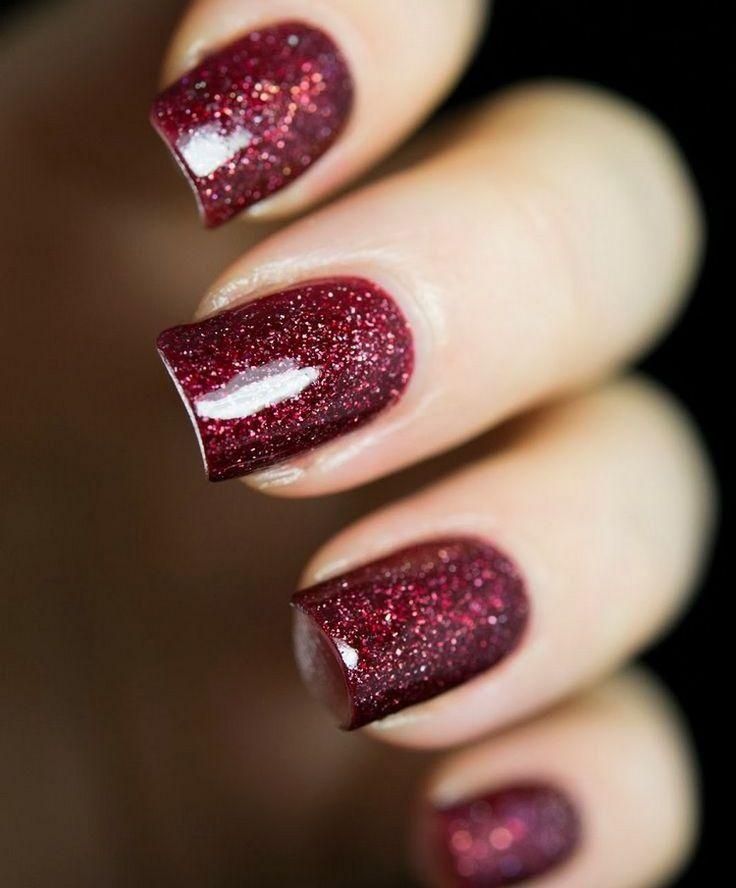 roter Glitzernagellack und mittellange Nägel – Nägel