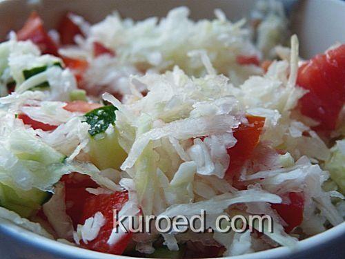 Салат из капусты, огурцов, помидоров и болгарского перца