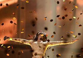 11-May-2014 14:15 - WARM ONTHAAL VOOR #CONCHITA WURST. De Oostenrijkse winnares van het Eurovisie #Songfestival werd zondag warm onthaald op de luchthaven in Wenen. Honderden enthousiaste fans stonden haar op te wachten met regenboogvlaggen en opgeplakte baarden. Een regen van confetti begeleidde de winnares toen ze zich een weg baande door de menigte. Oostenrijkse verslaggevers spraken van een gekkenhuis. Zichtbaar geëmotioneerd hield de diva haar trofee in de lucht voor tientallen...
