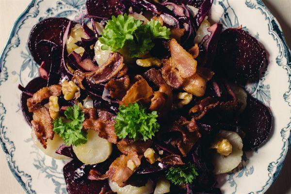 En av mina favoriter :) En underbart god sallad med rödbetor, jordärtskockor och rödkål
