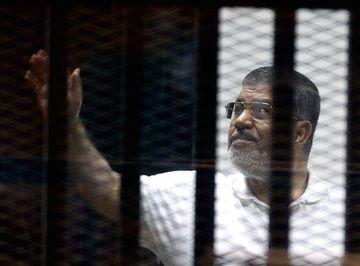 Казнить нельзя помиловать  Всего на скамье подсудимых вместе с бывшим президентом Египта оказалось еще 128 других высокопоставленных членов организации «Братья-мусульмане», а также члены ХАМАС и Хезболлы. Всем им предъявлены обвинения в терроризме и грозит смертная казнь или пожизненное заключение. #Египет, #Братья_мусульмане, #смертная_казнь, #Мурси
