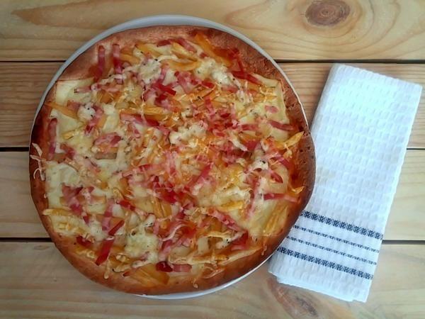 Receta de Pizza con base de fajita - ¡Con bacon y patatas fritas!