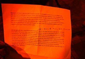 29-Jan-2015 21:19 - BRIEF VAN MAN IN NOS-GEBOUW. De tekst op de brief van de man die het #NOS-gebouw binnenviel: Foto: Hart van Nederland / Ib Haarsma Wanneer u dit leest, raak dan niet in paniek. Ga niet schreeuwen en waarschuw uw collega's ook niet. Doe alsof er niets aan de hand is. Ik ben zwaarbewapend. Als u gewoon netjes meewerkt, dan zal u niets overkomen. Besef dat ik niet in mijn eentje ben. Er zijn nog (vijf?) plus (38?) hackers die klaar zijn voor een cyberaanval. Bovendien…