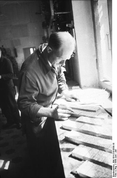 Sowjetunion, Mitte/Süd.- Schriftsetzer (einer Feldzeitungs-Druckerei ?) bei Kontrolle von Druckfahnen; June 1943
