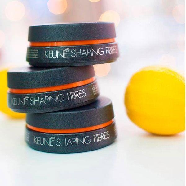 Shaping Fibres - фруктовый воск   Благодаря специальным волокнам, создает легкую текстуру на волосах. рекомендован для детских волос, идеален для плетения кос, обладает эффектом антистатика. Придает волосам эластичность и блеск. Экстракт цедры апельсина обеспечивает дополнительную защиту от механических повреждений. Провитамин В5 регулирует баланс влажности. DLP2 - двухслойная система защиты блокирует внешние негативные воздействия, UV-лучи и свободные радикалы. Легко смывается водой…