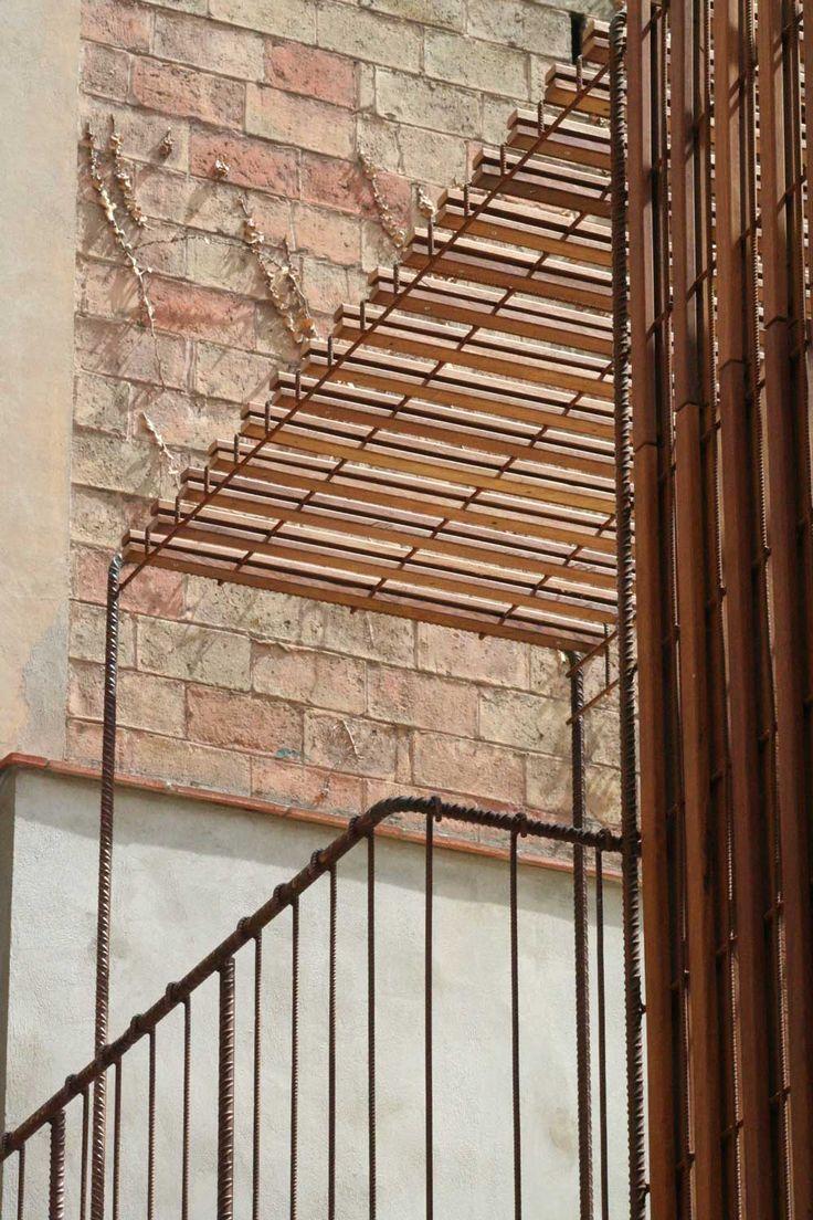 Balc n en terraza mediante acero corrugado y madera de for Madera de pino tratada
