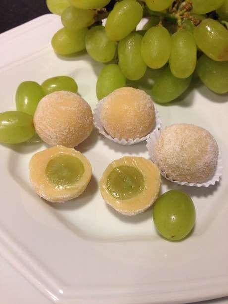 Brigadeiro branco com uva  Ingredientes: 3 latas de leite condensado 1 lata de creme de leite 1 pitada de sal 100 gramas de chocolate branco 1 colher de manteiga