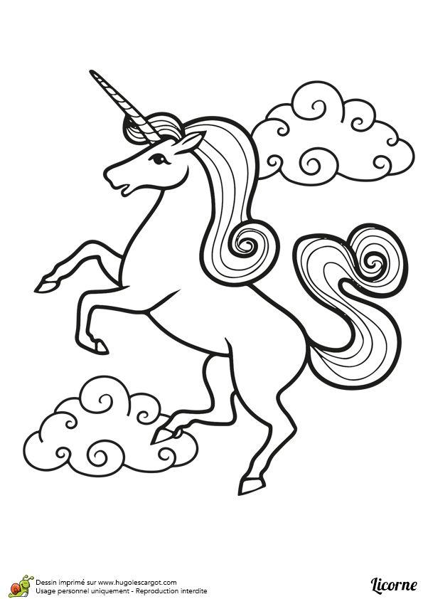 A colorier, dessin d'une belle licorne debout avec des nuages à l'arrière plan