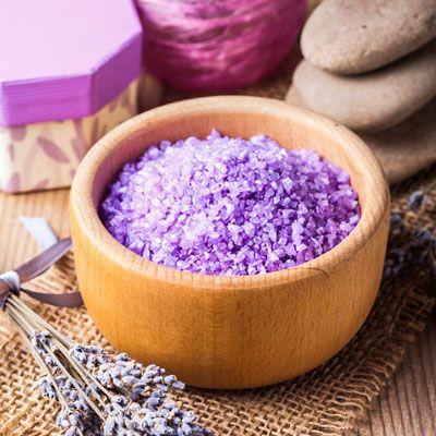 Badezusätze selber machen: Badesalz für Entspannungsbad - Anleitung: Das Meersalz mit dem Milchpulver gründlich vermischen. Die Lavendelblüten ...