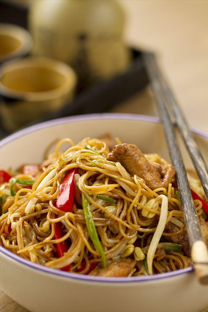 chow mein, fideos chinos fritos, fideos fritos con pollo, cocina china, cocina asiatica