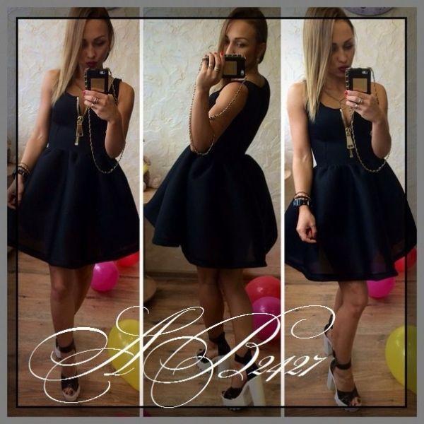 Средней длины молодежное стильное платье с крупной молнией в зоне декольте черный