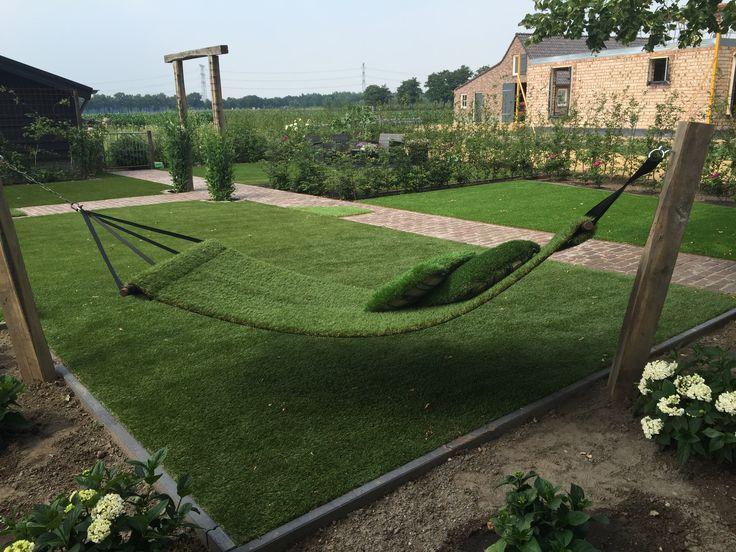 Een hangmat van kunstgras. Verkrijgbaar bij www.gardensense.nl. Ook voor installatie en lopers!