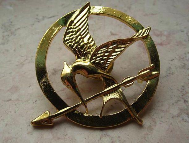 Spilla Mockingbird Gold Version. Prezzo standard: 3 euro. Acquista subito: https://www.facebook.com/wickedchains/app_410312912374011