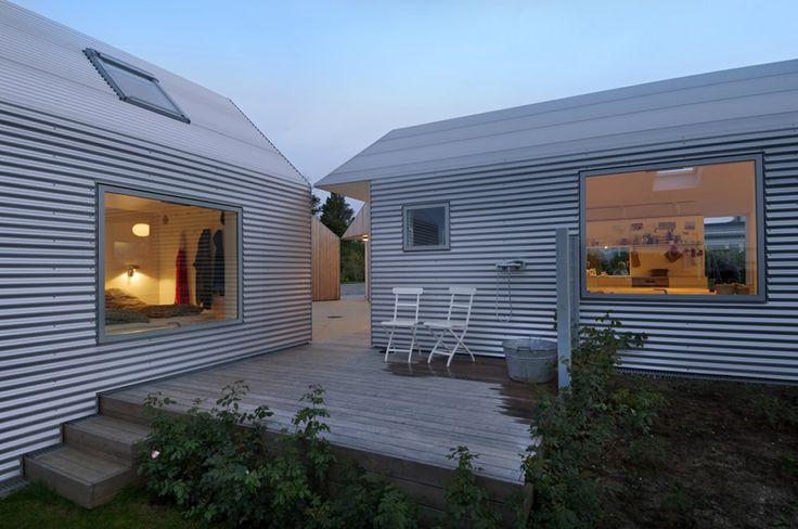 平屋を5軒星形に配置したデンマークの夏の家のテラス