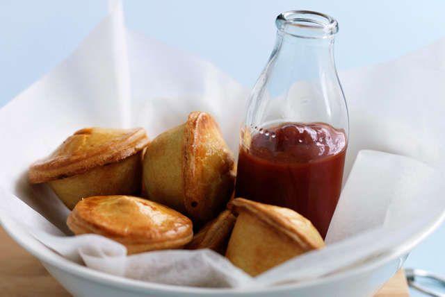Essayez cette variante amusante du pâté à la viande. Cuits dans des moules à muffins, ces petits pâtés peuvent être cuisinés à l'avance et congelés. Rien de plus facile à réaliser!