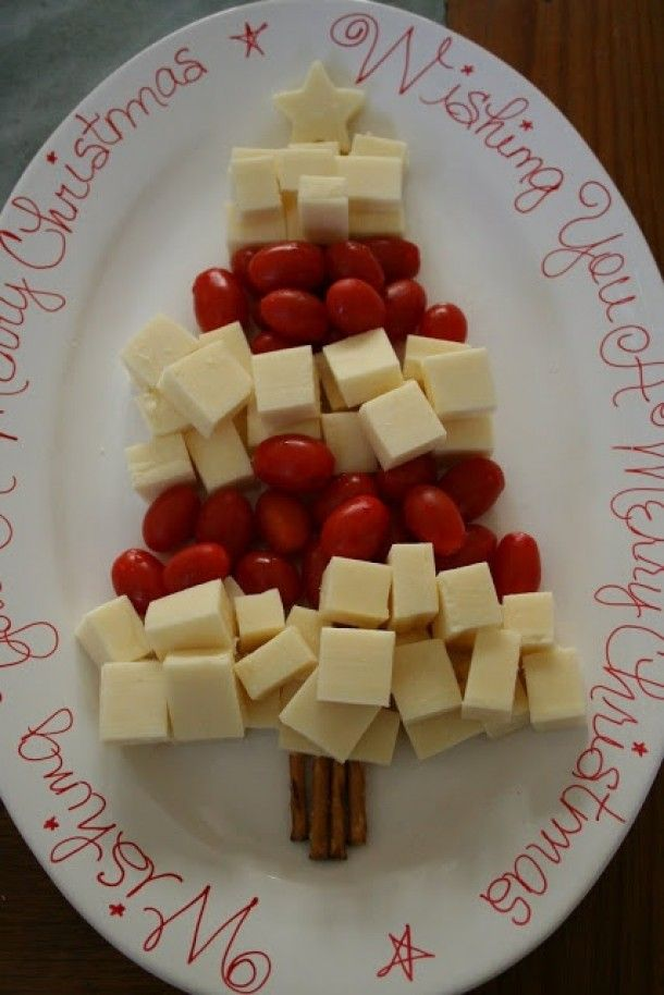 Simpel kan zo lekker zijn. Kerstboom van blokjes kaas en tomaatjes.