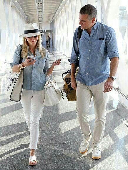 Pareja vestidos iguales  Camisa de mezclilla.  Jeans blancos