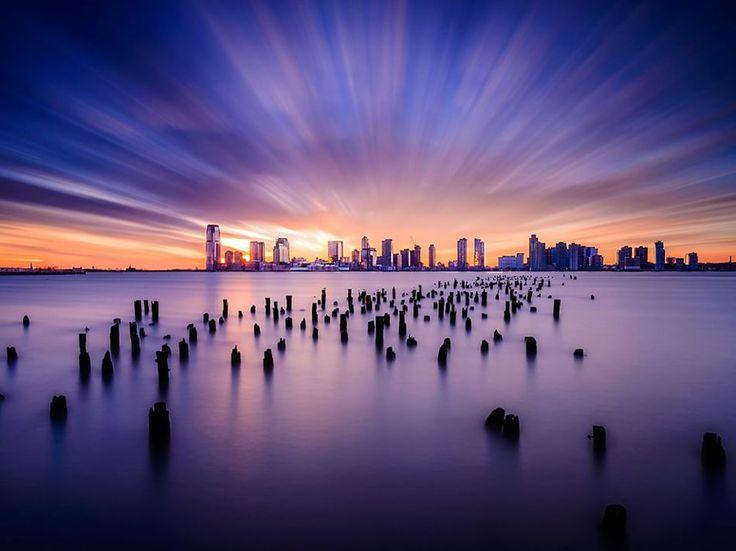 #Tramonto a Jersey City Fotografia di Tsuyoshi Shirahama  Una lunga esposizione cattura un tramonto dinamico su Jersey City, New Jersey.