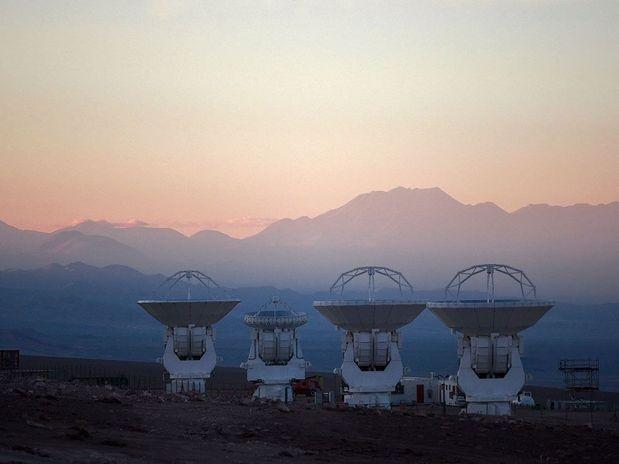 proyecto Alma.Atacama_Large_Millimeter_ArrayEl proyecto está siendo construido en el llano de Chajnantor, a 5.000 m de altitud, en el desierto de Atacama, zona norte de Chile.