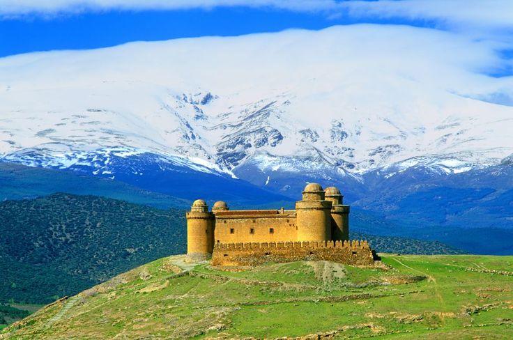 Castillo de Calahorra en Granada, con Sierra Nevada al fondo, mandado construir por Don Rodrigo Díaz de Vivar, el Cid Campeador.