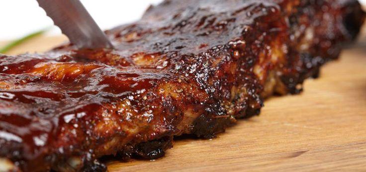In einem Smoker lassen sich saftige Ribs sehr gut zubereiten. Sie brauchen Zeit, aber mit leckeren Zutaten wie Zimt, Honig und Balsamico schmecken sie ideal