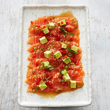 En peruansk kombo mellan italiensk carpaccio och japansk sashimi. Lika god med tunt skivad lax som med rå bläckfisk eller pilgrimsmusslor. Bjud som förrätt eller på buffén.