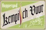 """Kempisch Vuur Hoppergod is een blonde IPA (geen echte IPA vermits er geen Pale-Ale mout werd gebruikt, maar enkel Pilsmout). Het is heel licht van kleur (7 EBC). Een storting van 14°P brengt het alcoholgehalte, na hergisting op de fles, op 6 vol%. Het is een vlot doordrinkbaar bier en, zoals de naam """"Hoppergod"""" laat vermoeden, is het een redelijk sterk gehopt bier. Twee soorten bitterhop zorgen dan ook voor een stevige basisbitterheid van 50 EBU. Maar het venijn zit em natuurlijk in de…"""