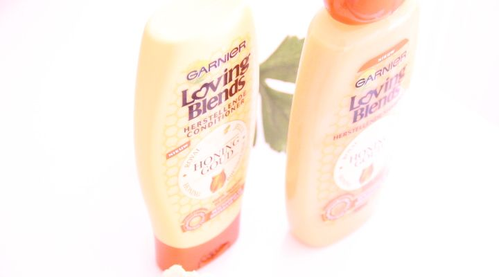 Garnier Loving Blends Honing Goud   Dit product bleek al veel langer te bestaan dan dat het in Nederland kwam. Helaas is dat vaker het probleem met ons kikkerlandje. Toen de nieuwe Loving Blends haar producten uitkwamen wilde ik ze eigenlijk meteen proberen. Ik kan niet tegen veel shampoo's dus dit was even een risico lees mee hoe hij mij bevallen is.  Zoals je nu inmiddels wel weet ben ik echt een honing liefhebber. Er zijn verschillende lijnen in de loving Blends haarlijn van Garnier. Zo…