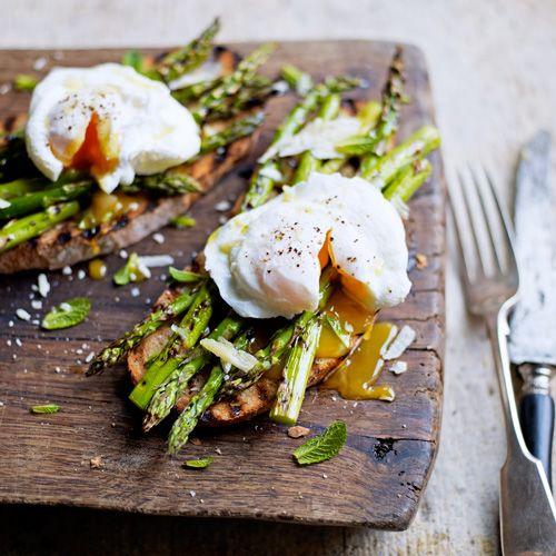 Is het geen plaatje, dit gerecht? Bourgondisch genieten ten top! Asperges gaan heel goed samen met ei en in dit recept pocheren we het eitje en serveren we het met asperges, parmezaan, toast en muntblaadjes. Hier lees je meer over het perfect pocheren...