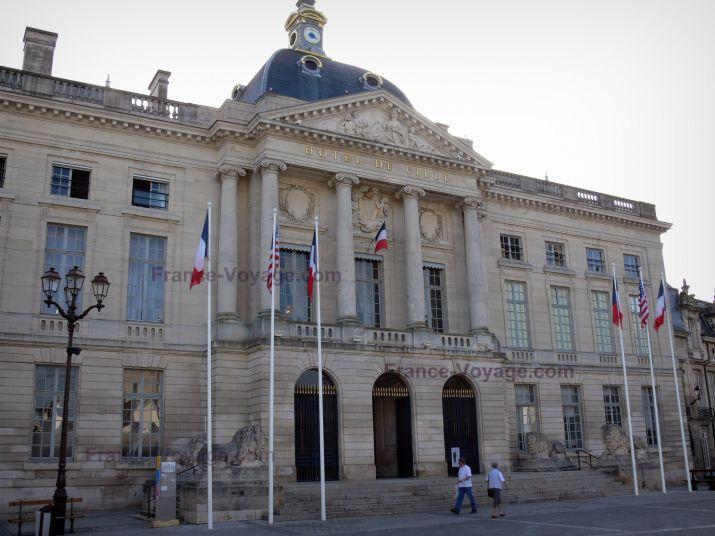 Châlons-en-Champagne: Façade de l'hôtel de ville (mairie) - France-Voyage.com