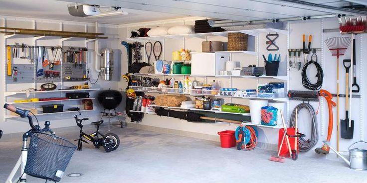 PRAKTISK GARASJE: Ved å utnytte veggplass og takhøyde får du plass til mye. Her er garasjen delt inn i soner, som holder verktøy og hagearbeid for seg. Slik er det også lett å holde det ryddig.