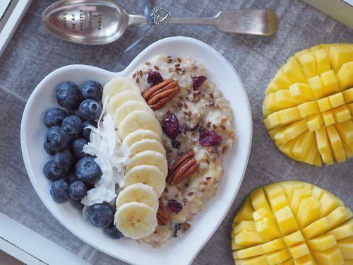 Ovesná kaše s ovocem 🍌 ½ hrnku jemných ovesných vloček (Lidl) opražime na sucho na pánvi, dokud nezačnou vonět, přidáme mléko (1 hrnek),½ lžičky mleté skořice, přidáme 1 lžíci sušených brusinek, 2 nakrájené sušené datle, mícháme a vařime asi 5 min,...