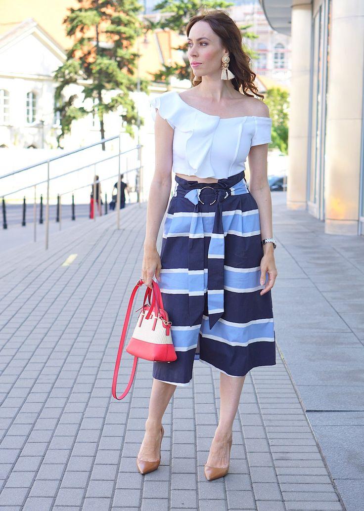 Paski i asymetryczne falbany, retro mix. – WordPress,Koloromanka- fresh, marine inspired style. Classy, bold, elegant outfit. Asymetric white top, 3/4 striped skirt, big earrings. 70s, 80s