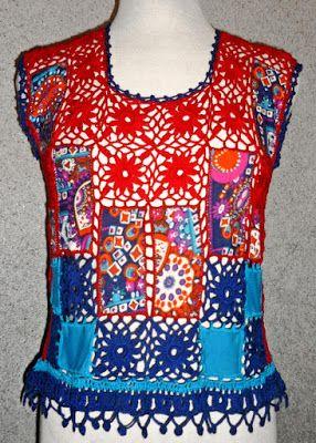 Blusa tejida a crochet en hilos de colores a azul, rojo y turquesa con aplicaciones de tela estampada, Talla M