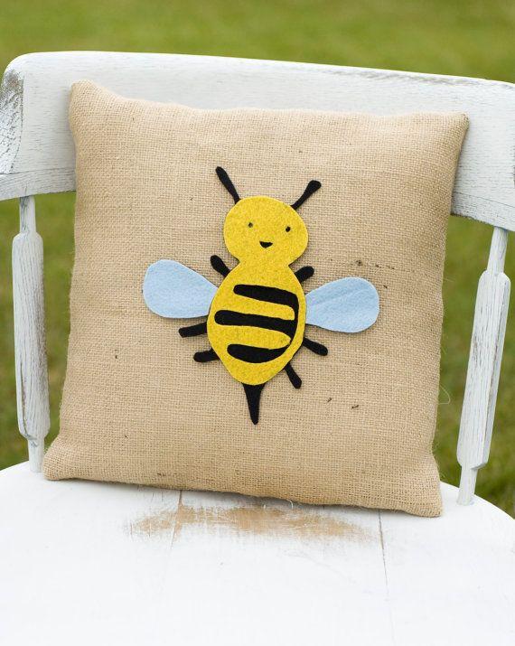 bee pillow: Bees Pillows, Pillows Covers, Bees Bea, Felting Felt Ideas, Burlap Pillows, Bea Bebe, Felt Pillows, Burlap Crafts Decor, Happy Pillows